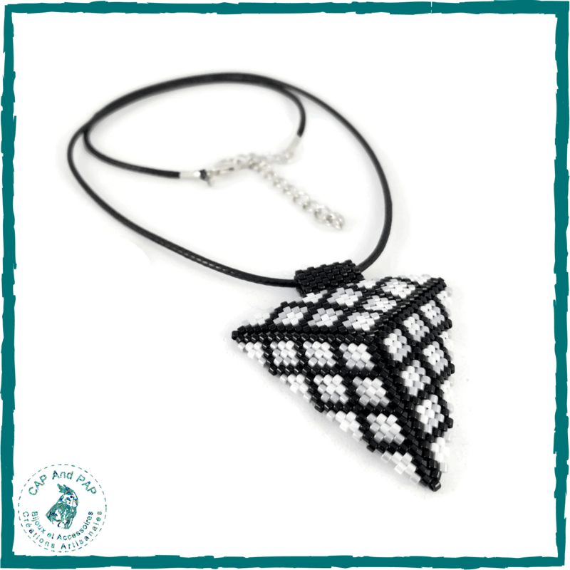 Pendentif Noir et Blanc Triangle 3D - Perles Tissées