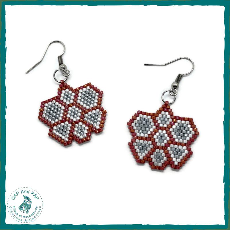 Boucles d'oreilles rouges et grises - Fleurs en perles tissées